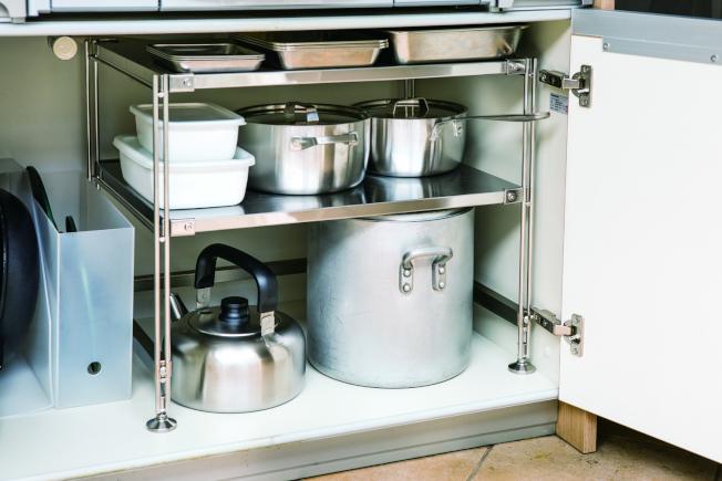 常用的鍋具由大到小,由下而上整齊排列,不常用的鍋具則收於廚櫃中。(圖:無印良品提供)