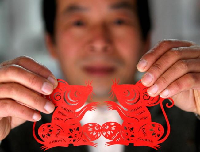 農曆鼠年臨近,「福鼠」組品,受到顧客的歡迎。(新華社資料照片)