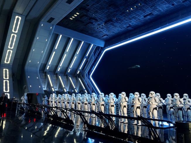 「星球大戰:反抗軍的崛起」中,全副武裝的風暴兵整齊站列。(朱蕾/攝影)
