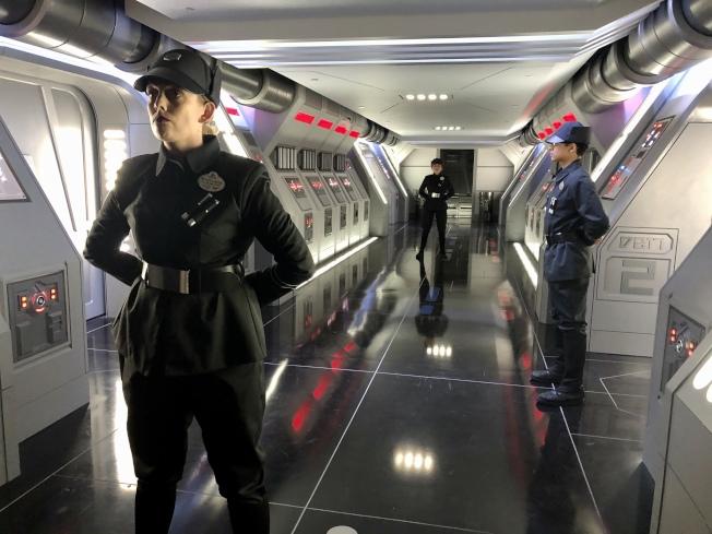 體驗「星球大戰:反抗軍的崛起」時要被第一軍團「監視」經過的殲星艦機艙。(朱蕾/攝影)