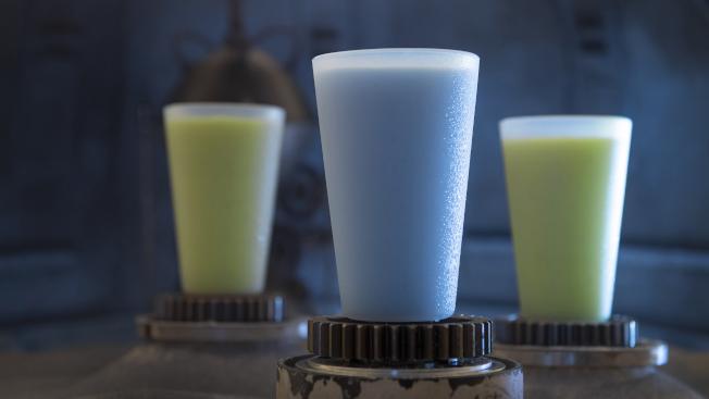 星戰電影中出現的藍、綠牛奶在園區可以喝到。(朱蕾/攝影)