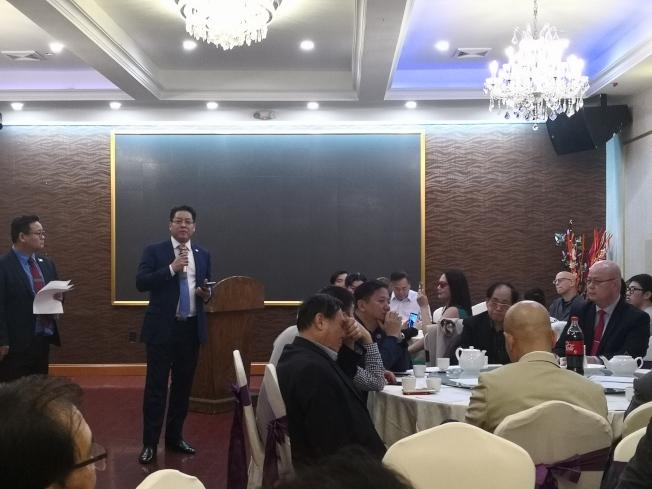 趙靖桉(左二)獲得數百名華裔民眾支持。(記者黃伊奕/攝影)