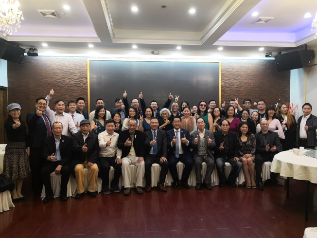 趙靖桉(前排左六)宣布參選紐約第25選區州眾議員。(記者黃伊奕/攝影)