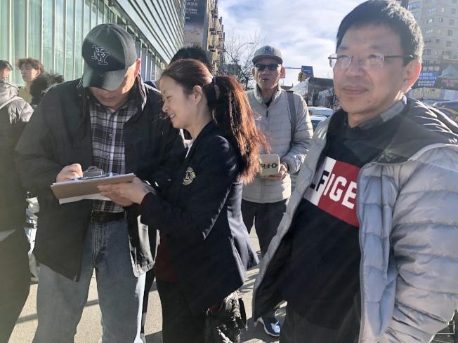 选民正在为尹导签名。(记者朱蕾/摄影)