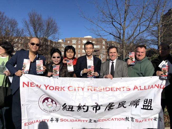 紐約市居民聯盟背書奎因(右三)參選皇后區區長。(臧東慧提供)