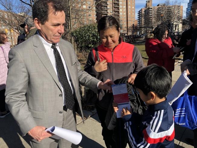 奎因(左一)與華裔家長及小孩交流。(臧東慧提供)