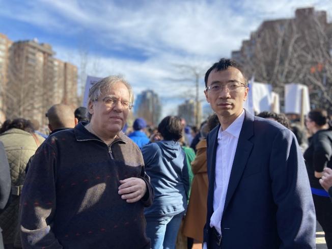 臧東慧(右)參加集會,為猶太社區應援。(記者鄭怡嫣/攝影)