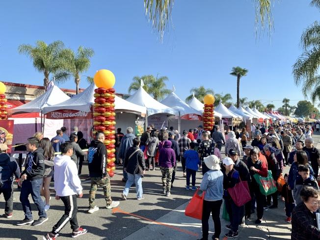 「2020鼠來寶迎春年節展」12日繼續,一早便有民眾來到會場。(記者陳開/攝影)