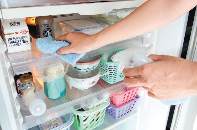 為避免冰箱發出異味,冰箱最好每周簡單清理一次。(本報資料照片)