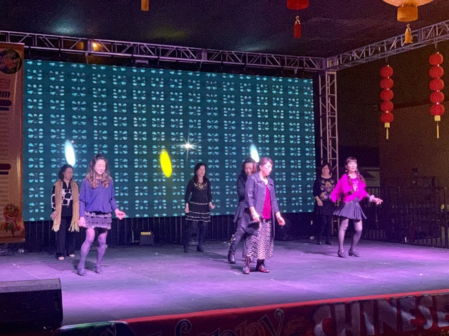 華人大媽「中西合璧」廣場舞非常接地氣。(記者陳開╱攝影)
