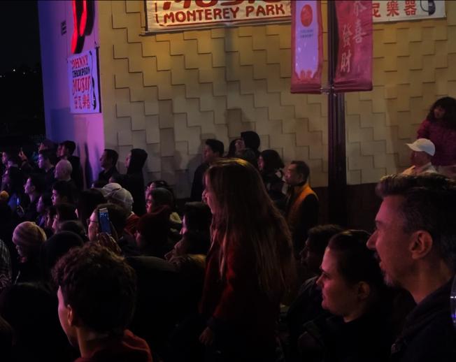 華人大媽「中西合璧」廣場舞看呆洋觀眾。(記者陳開╱攝影)