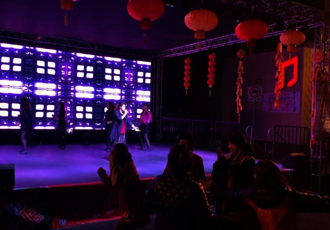 華人大媽「中西合璧」廣場舞,帶動台上台下一起舞。(記者陳開╱攝影)
