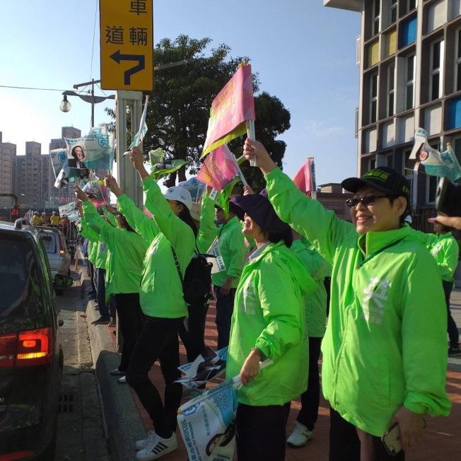 返台投票的海外綠營支持者情緒激昂,認為台灣年輕人是民進黨勝利的關鍵之一。(楊琬柔提供)