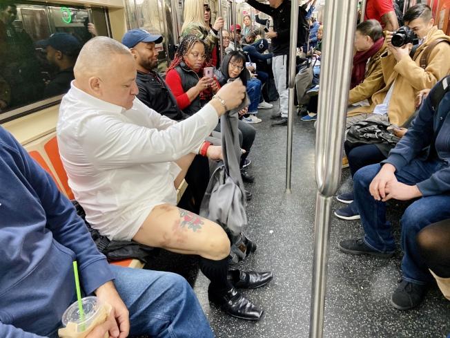 參與者旁若無人地在地鐵車廂上開始脫褲。(記者鄭怡嫣/攝影)