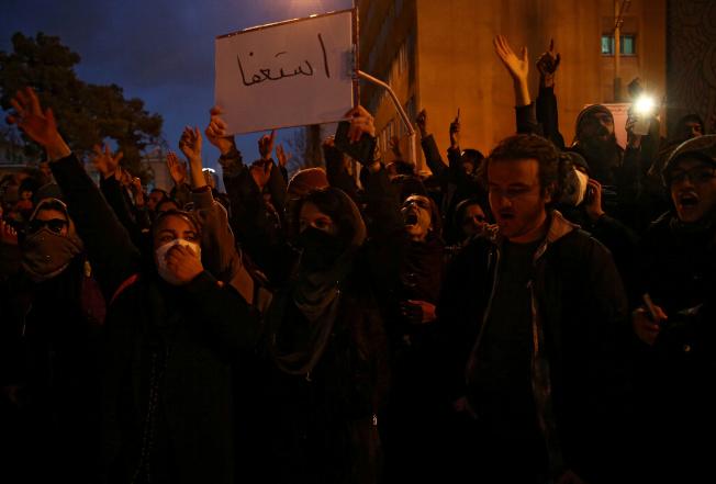 伊朗學生11日聚集在首都德黑蘭阿米爾卡比爾理工大學前方,悼念烏克蘭國際航空失事客機的176名罹難者。(路透)
