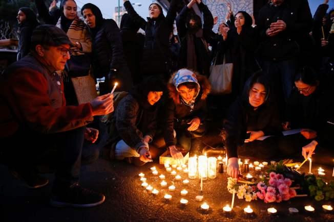伊朗承認擊落烏克蘭客機後,大批學生聚集在德黑蘭市中心阿米爾.卡比爾大學外舉行燭光悼念活動。 (Getty Image)