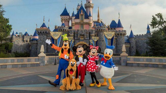 為了協助小家庭規劃到迪士尼樂園度假,迪士尼邀請有豐富迪士尼知識的媽媽們回答問題,引來1萬多人申請,但這個工作沒有薪水。(取自推特)