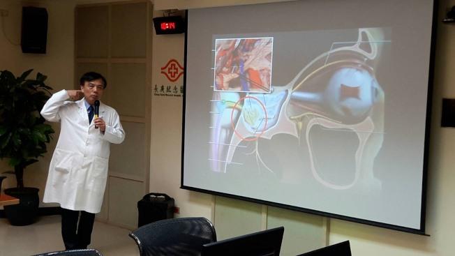 嘉義長庚副院長暨腦神經外科主治醫師楊仁宗表示,三叉神經有三個分支,分別掌管臉部上、中、下的感覺,而造成痛的病因,目前認為是三叉神經在進入腦幹的區域受到血管壓迫,而產生神經傳導短路現象。(圖:長庚醫院提供)