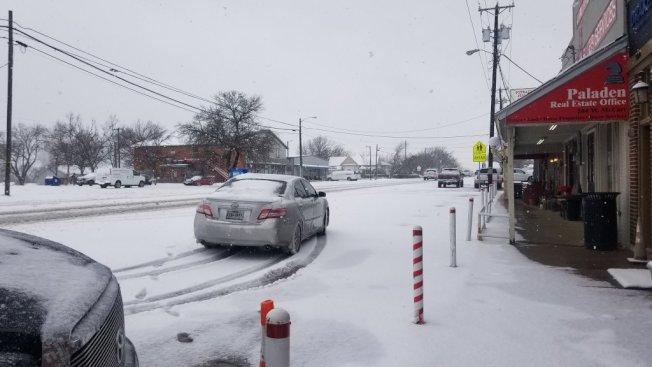 丹頓縣街道被雪覆蓋,駕車經過成為挑戰。(ABC8電視台)