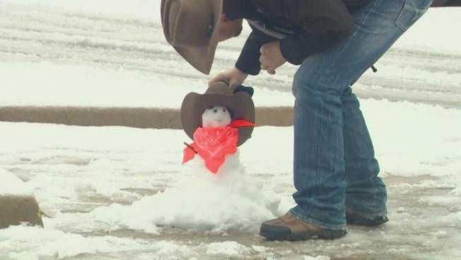 丹頓市民堆出「德州風味」雪人。(ABC8電視台)