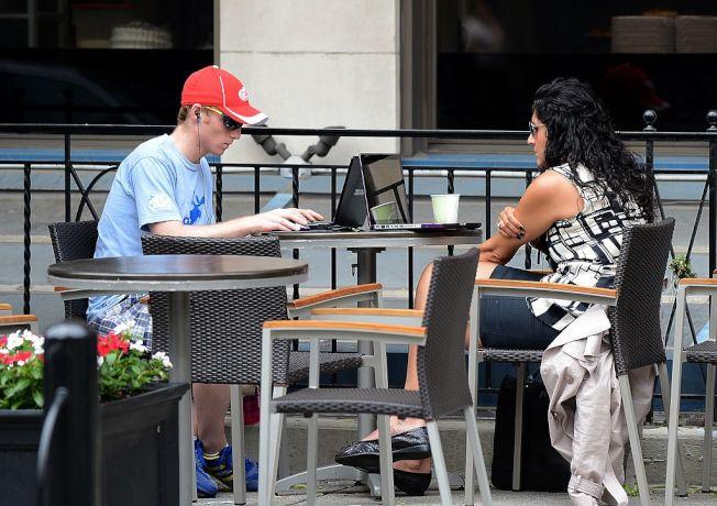 黑市需求量大,助長灣區咖啡店筆電搶案。(Getty Images)