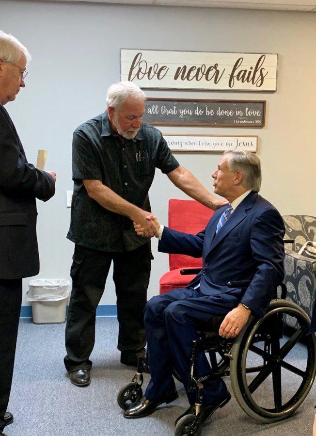 艾伯特(坐輪椅)接見威爾森(左)。(推特照片)