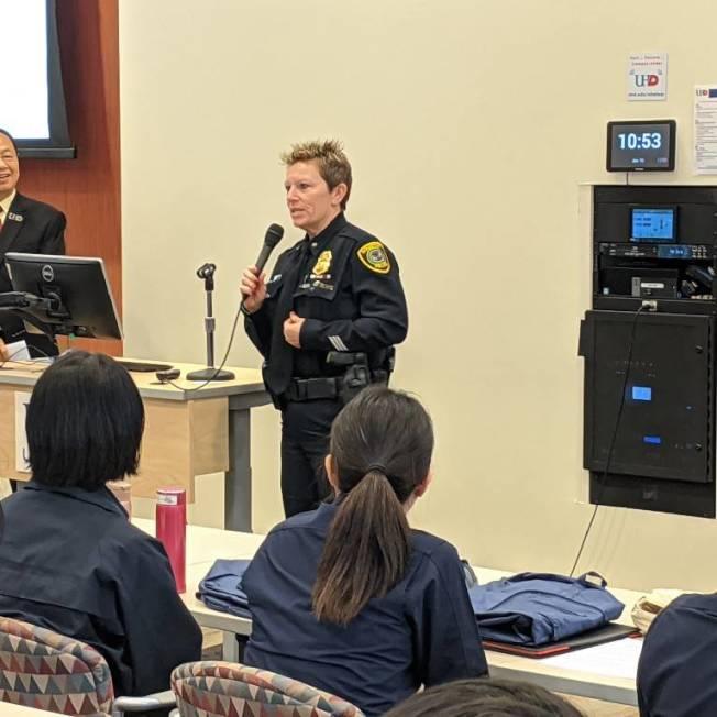 休士頓警察局訓練組隊長Kristine Anthony表示很開心看到台下許多女同學。(記者蕭永群/攝影)