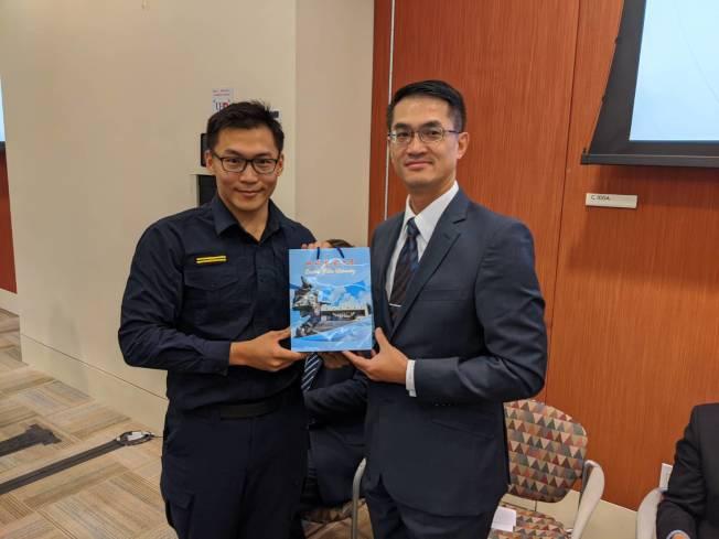 區隊長蔡宗翰(左)送給處長陳家彥(右)等來賓台灣紀念品。(記者蕭永群/攝影)