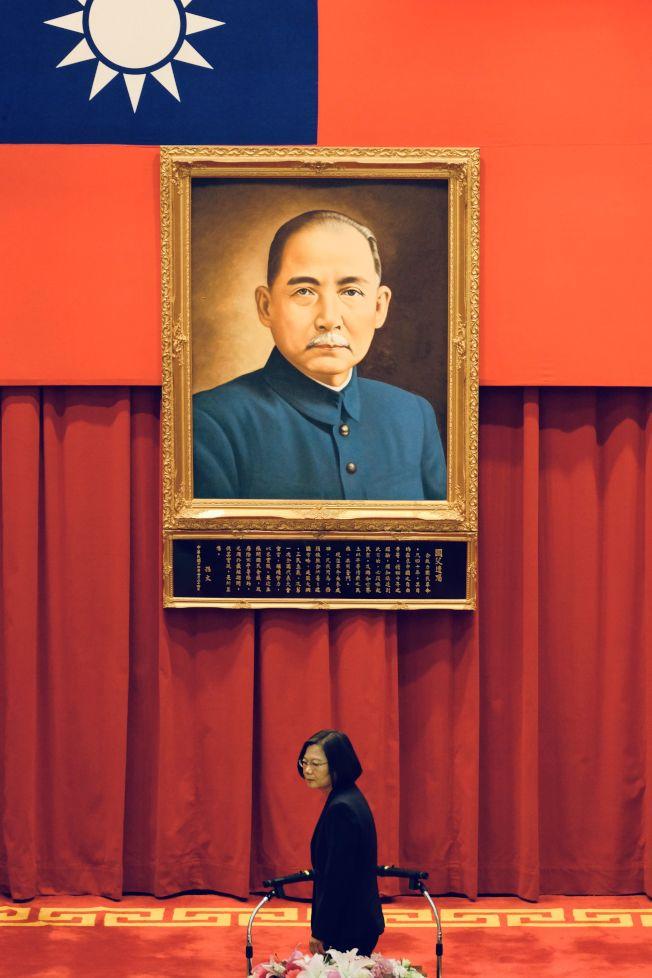 台北兩岸事務專家指國民黨慘敗,「九二共識」不再是兩岸定海神針。圖為台北總統府內懸掛孫中山遺像。(美聯社)