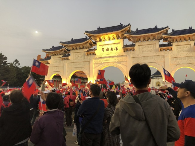 想到選前的韓國瑜凱道造勢,人潮綿延到自由廣場的景象,還是讓很多韓粉難以接受失敗。(僑胞提供)