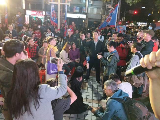 開票當晚在國民黨中央黨部前,人潮很多但氣氛低迷。(寇惠風提供)