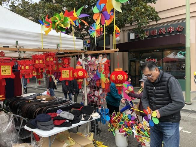 屋崙華埠街會年貨攤主Sam(右)說,攤位在11日晚發生奇怪的偷竊案,遊民偷走購物袋,估計是為遮風擋雨取暖。(記者劉先進/攝影)