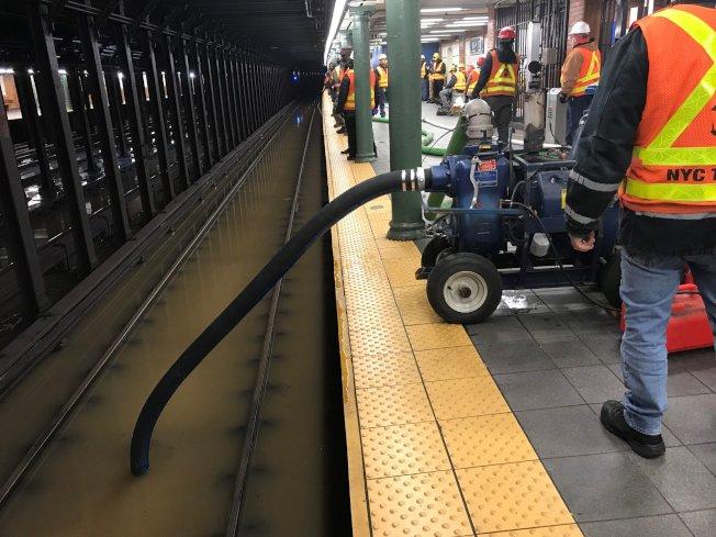 曼哈頓上西區水管崩裂,百老匯大街周邊四個街區洪水淹路,地鐵服務中斷。(取自MTA推特)