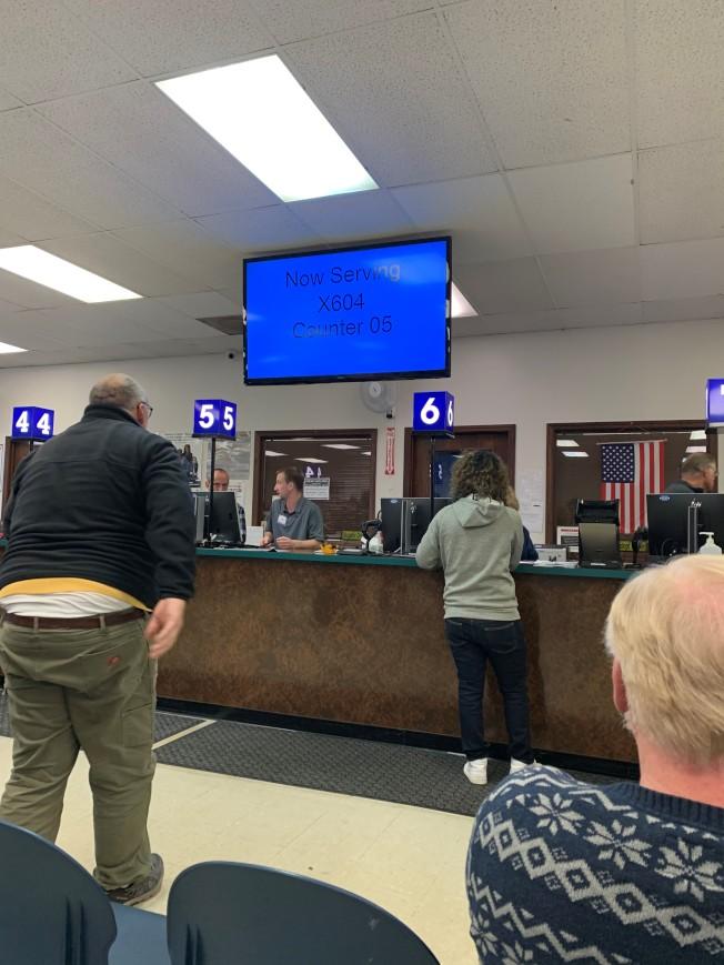 伊州州務卿懷特表示,各監理站已經延長辦公時間,因應爆滿人潮。(特派員黃惠玲/攝影)
