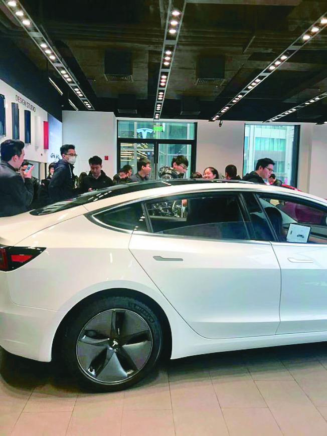 中國國產Model 3開賣首周,特斯拉上海店被擠爆,包括市中心的太古匯、郊區的金橋店,九家體驗中心天天人潮洶湧,店家表示,「Model 3訂單量非常大,現在門店一天能賣1000輛,但工廠一周才會生產1000輛。」若當場下訂,最快3月底交車。(取材自微博)
