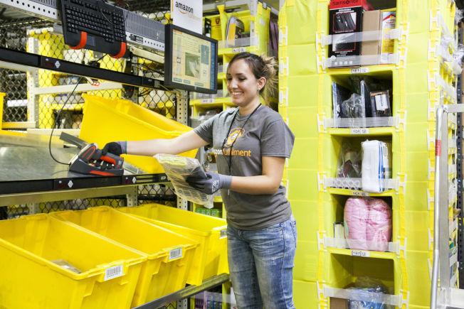 亞馬遜將在谷內郡設立新配送中心,將帶來1000個工作機會。圖為配送中心員工挑貨。(亞馬遜網站)