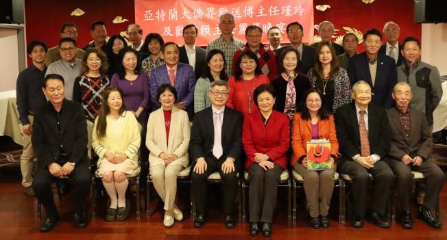 僑界代表與經文處副處長洪中明(前左四起)、主任賴麗瑩及傅瑾玲,於送舊迎新宴合照。(記者陳淑玲/攝影)