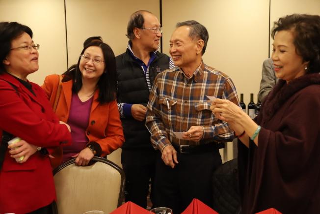 傅瑾玲(左二)介紹新主任賴麗瑩(左一)與僑界人士認識。(記者陳淑玲/攝影)