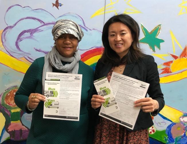 陳麗娜(右)呼籲民眾積極申請半價地鐵卡。(華康會提供)