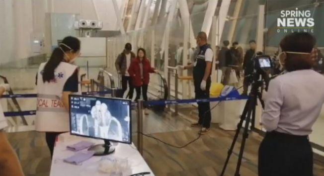 泰國普吉國際機場安裝「熱掃描儀」檢測入境乘客,控制來自中國武漢的肺炎風險人群。(取材自泰國頭條新聞)