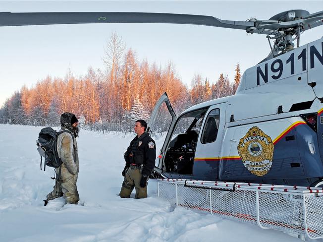 30歲男子史蒂爾(左)獨自在阿拉斯加冰天雪地的荒野存活23天,被州警發現後獲救。(美聯社)