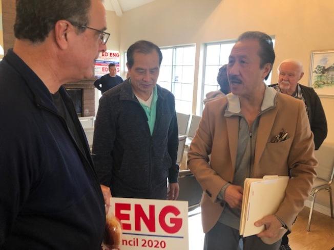 角逐蟬連的拉米拉達市首位華裔市議員伍德輝(右)11日舉辦首場競選造勢活動。(本報記者╱攝影)