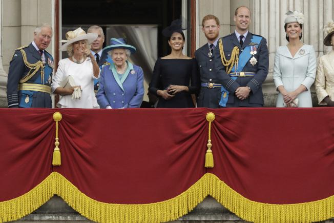 哈利梅根一家在與英國女王伊莉莎白二世及白金漢宮官員商定未來去向。圖為王室2018年共同看軍方表演。(Getty Images)