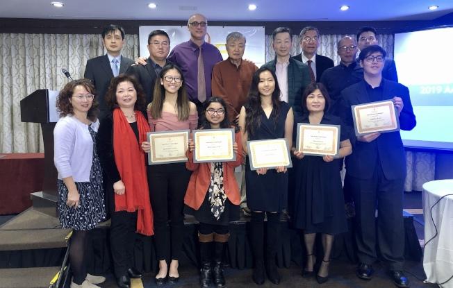 美國中華愛心基金會和多位嘉賓為獲獎學生頒獎,前排左二為周燕霞、左三為陳昀希、右三為陳曉婷。(記者朱蕾/攝影)