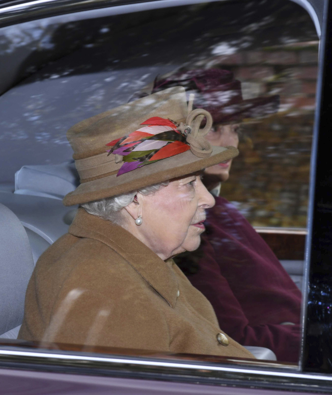 外界有批評認為女王伊莉莎白二世也應為當前的王室危機,負部分責任。圖為女王前一天12日參加祈禱禮拜。 (美聯社)