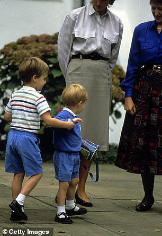 1987年哈利(右)第一天上幼兒園,哥哥威廉拉著弟弟的手。(Getty Images)