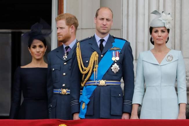 英國威廉王子(右二)和夫人凱特(右一),以及哈利王子(左二)和妻子梅根((左一)2018年7月10日在白金漢宮陽台觀賞空軍表演,紀念皇家空軍成軍100年。(Getty Images)
