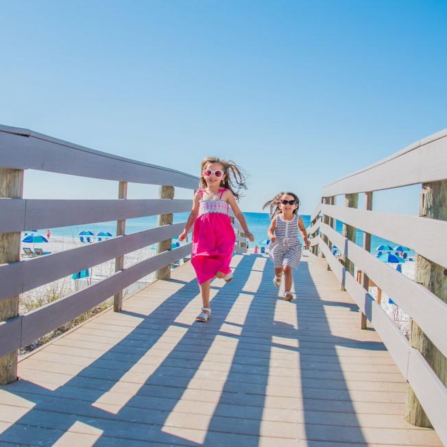 除了主題樂園,海灘風光也吸引兒童嬉戲。(佛州旅遊局提供)