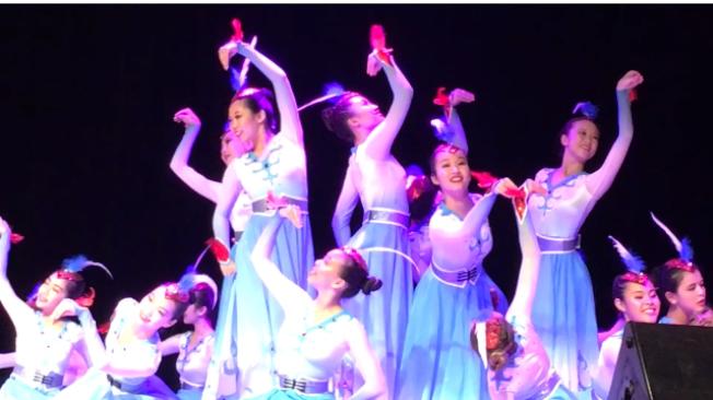 由南加八家遼寧籍商會聯合主辦的美國首屆「遼河春晚」,12日晚盛大登場,所有節目全部由八家商會會員自編自導自演,精彩紛呈。(記者楊青/攝影)