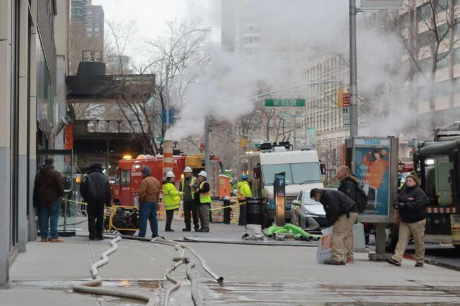 現場人員配合市消防局對受災建築物的地下室進行排水救援。(記者張晨/攝影)
